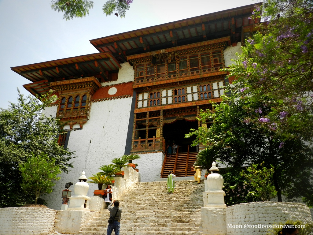 entering punakha dzong